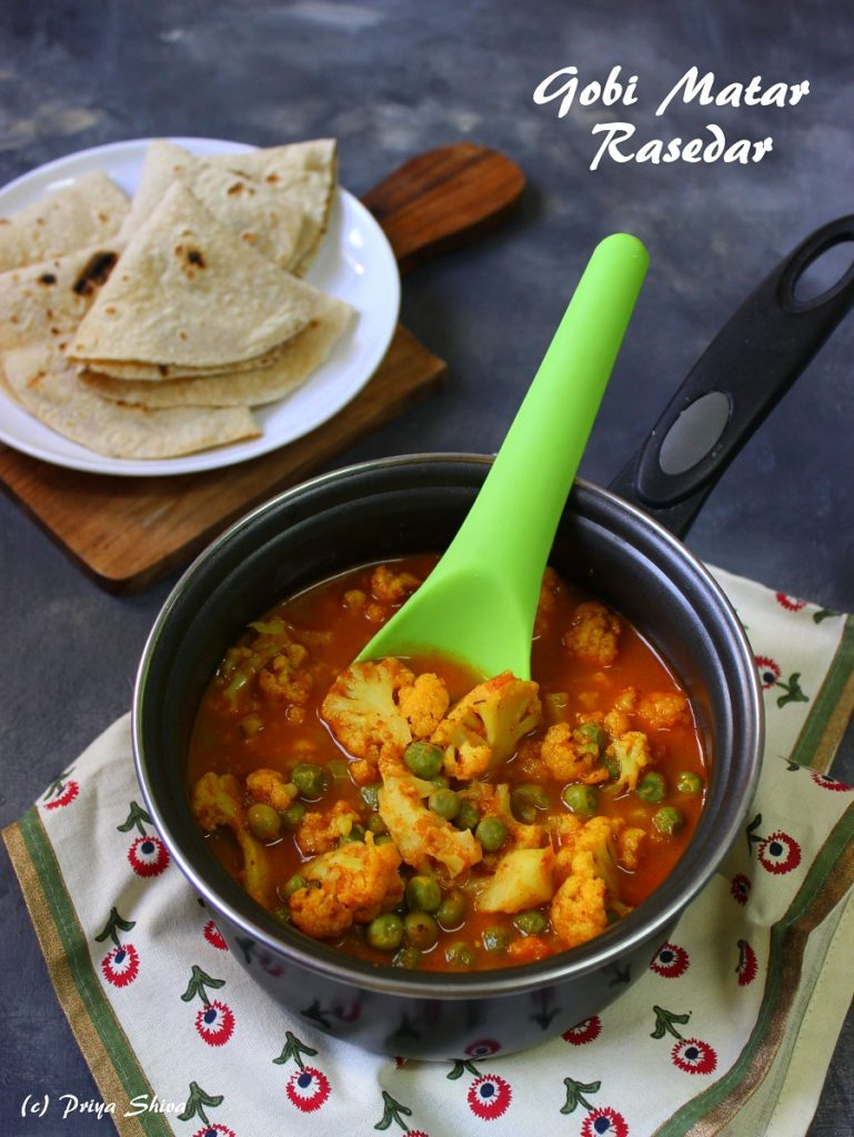 Gobi Matar Rasedar / Cauliflower Peas Curry